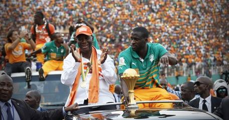 Le président Alassane Ouattara fête la victoire lors de la CAN 2015 avec Yaya Touré. REUTERS/Thierry Gouegnon