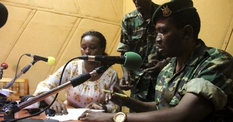Le général Godefroid Niyombare s'exprime au micro de la Radio publique africaine, le 13 mai. REUTERS/Jean Pierre Aime Harerimana