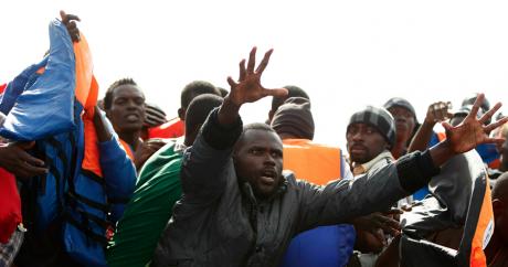 Des migrants qui tentaient de rejoindre l'Europe à bord d'un bateau, reçoivent des gilets de sauvetage. Photo Reuters