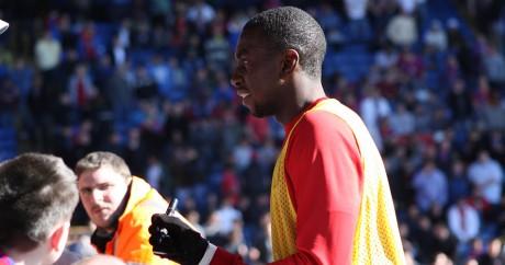 Yannick Bolasie, le joueur congolais de Crystal Palace signe des autographes. Tom Brogan via Flickr.