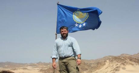 Photo de Jeremiah Heaton, autoproclamé monarque souverain de Bir Tawil après y avoir planté son drapeau le 16 juin 2014 | Jeremi