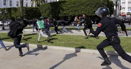 Des policiers chargent des manifestants à Rabat, le 1er avril 2015. REUTERS/Youssef Boudlal