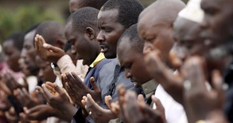 Des hommes prient devant la maison de Zedi Feruzi, le 25 mai 2015. REUTERS/Goran Tomasevic