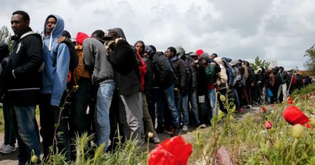 Des migrants font la queue pour recevoir leur repas à Calais, le 19 mai 2015 | REUTERS/Pascal Rossignol