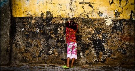 Une jeune fille dans la rue Au Maroc. Crédit photo: Elvin via Flickr