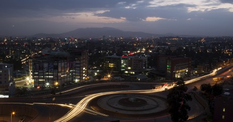 Une vue d'Addis Abeba de nuit, le 17 mai 2015. REUTERS/Siegfried Modola