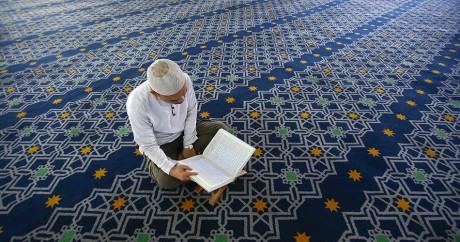 Un musulman lit le Coran pendant le Ramadan. REUTERS/Samsul Said
