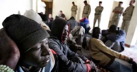 Des migrants gambiens au poste de police de Nuadibu en Mauritanie. REUTERS/Juan Medina