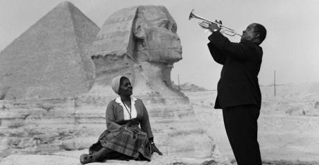 Louis Armstrong jouant près des Pyramides de Gizeh avec sa femme Recuerdos de Pandora via Flickr CC License by