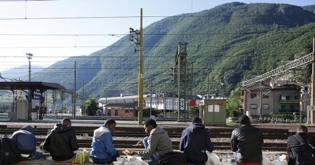 Des migrants à Bolzano, à la frontière entre l'Italie et l'Autriche dans les Alpes. REUTERS/Stefano Rellandini