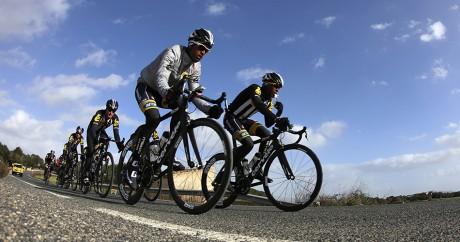 Des coureurs de l'équipe africaine MTN, avec le coureur érythréen Natnael Berhane à gauche en tête. REUTERS/Enrique Calvo