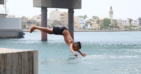 Un homme plonge dans la Méditerranée à Bizerte, en Tunisie. REUTERS/Zoubeir Souissi
