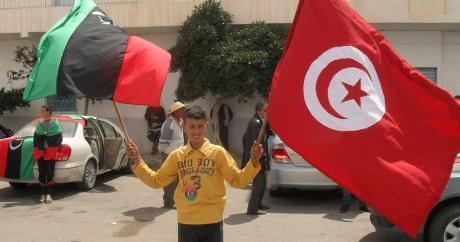 Un adolescent avec les drapeaux de la Libye et de la Tunisie à Tataouine. Photo Magharebia via Flickr