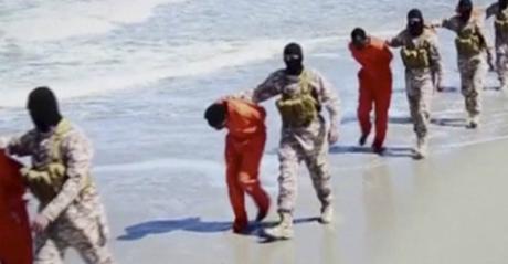 Des prisonniers Coptes sont amenés sur une plage libyenne dans une vidéo tournée par l'EI. REUTERS TV