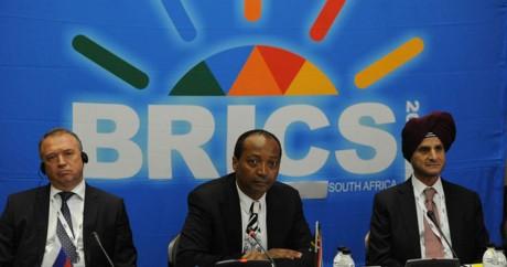 Patrice Motsepe au centre. Crédit photo: GovernmentZA via Flickr, Licensed by CC