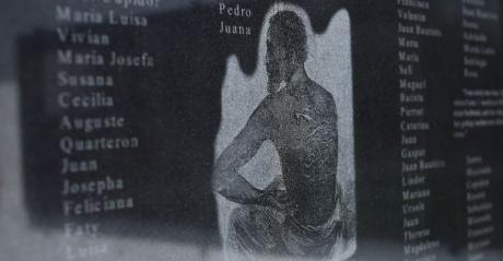 Sur le mémorial de la plantation Whitney sont gravées des stèles de granit. Avec l'aimable autorisation de la plantation Whitney