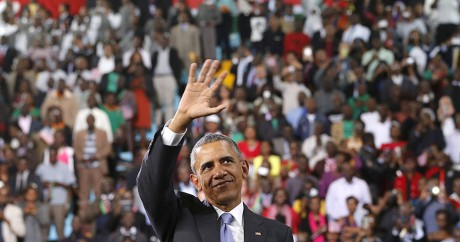 Barack Obama salue la foule au Kenya, le 26 juillet 2015. Crédit photo: REUTERS/Jonathan Ernst