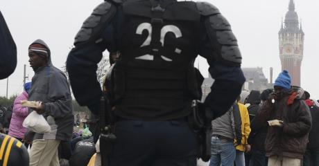 Des policiers encadrent des migrants à Calais, le 24 octobre 2014. Photo REUTERS/Pascal Rossignol