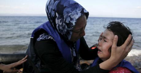 Une femme afghane et son enfant arrivés sur les côtes grecques (REUTERS/Alkis Konstantinidis).