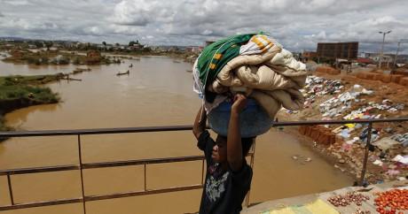 Les conditions de vie dans les bidonvilles d'Antananarivo favorisent l'apparition de la peste. REUTERS/Thomas Mukoya