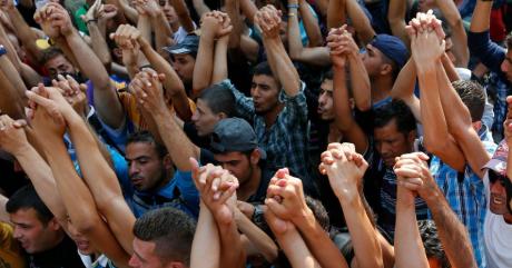 Des réfugiés syriens devant la gare de Budapest (Hongrie), le 2 septembre 2015 | REUTERS/Laszlo Balogh