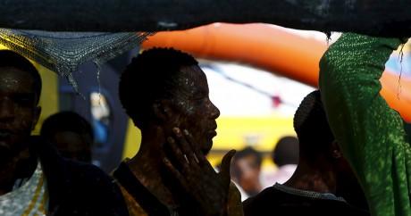 Des migrants d'Afrique subsaharienne sur une embarcation, le 9 août, 2015. Photo: REUTERS/Darrin Zammit Lupi