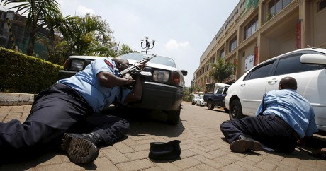 Des policiers kényans lors de l'attaque du Westgate Mall, à Nairobi, le 21 septembre 2013. Photo: REUTERS/Goran Tomasevic