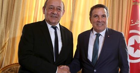 Le ministre français de la Défense, Le Drian (à gauche), et son homologue tunisien Horchani. Photo: REUTERS/Zoubeir Souissi