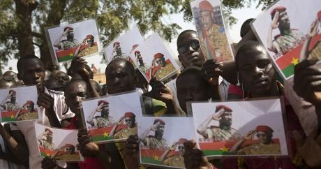 Des Burkinabés agitent des images à l'effigie de Sankara. REUTERS/Joe Penney