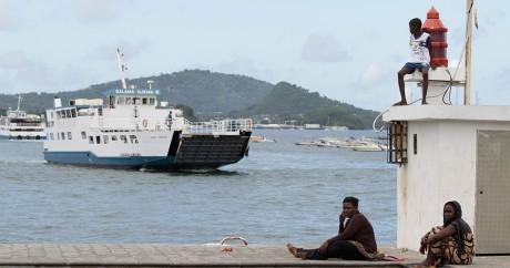 Un ferry arrive dans le port de Dzaoudzi à Mayotte, le 31 mars 2012. Crédit photo: REUTERS/Charles Platiau