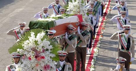 Des soldats iraniens portent les cercueils de victimes, le 3 octobre 2015. Crédit photo: REUTERS/Raheb Homavandi