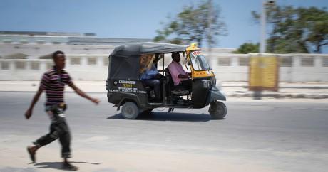 Un taxi dans les rues de Mogadishio. Crédit photo: AMISOM Public Information via Flickr. Domaine public.