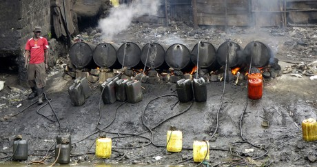 Une fabrique clandestine de distillation d'alcool. Crédit photo: REUTERS/Thomas Mukoya