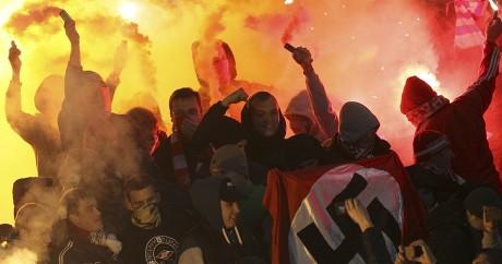 Des supporters russes du Spartak Moscou brandissent un drapeau nazi. Crédit photo: REUTERS/Vladimir Kutin
