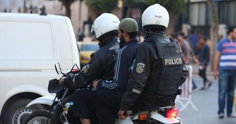 Des officiers de police pendant une opération de contrôle à Tunis, le 18 novembre. Photo: REUTERS/Zoubeir Souissi
