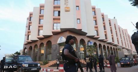 Des militaires maliens devant le Radisson Blu le 20 novembre. Crédit photo: REUTERS/Joe Penney