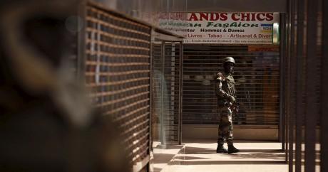 Un soldat malien monte la garde devant l'hôtel Radisson Blu à Bamako. Crédit photo: REUTERS/Joe Penney