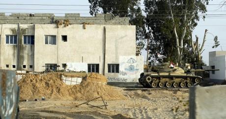 Un char égyptien patrouille dans les rues d'al-Arish dans le Sinaï. Crédit photo: REUTERS/Asmaa Waguih