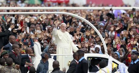 Le pape François dans les rues de Nairobi, le 26 novembre. Crédit photo: REUTERS/Thomas Mukoya