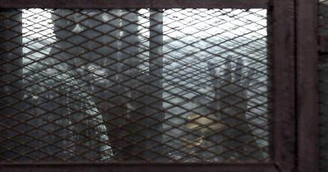 Deux  journalistes d'd'Al Jazeera en prison le 29 août 2015, avant leur procès au Caire. Crédit photo: REUTERS/Asmaa Waguih