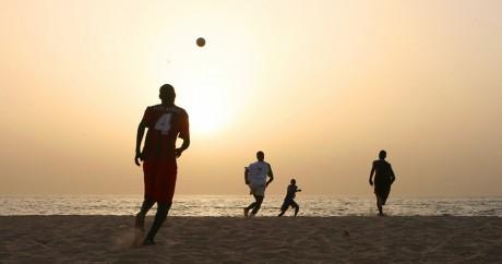 Partie de football sur une plage sénégalaise. Crédit photo: Jean-Marc Liotier via Flickr, CC.