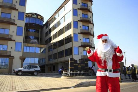 Le père Noël perdu en Afrique. Crédit photo: REUTERS/James Akena