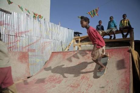 De jeunes skateurs à Addis Abeba. AFP