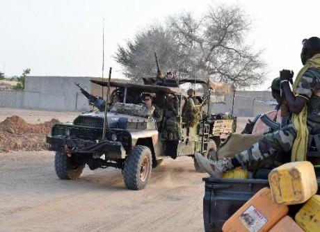 Des soldats français de l'opération Barkhane (g) patrouillent dans une voiture de l'armée nigérienne à Diffa, un village du sud