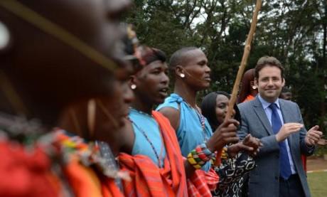 Le secrétaire d'État français au Commerce extérieur avec des danseurs Maasai, le 10 juin 2015 à Nairobi. Photo AFP