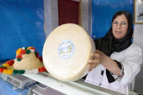 Une Marocaine montre un fromage lors d'une foire de produits locaux à Meknès le 28 avril 2015 AFP FADEL SENNA