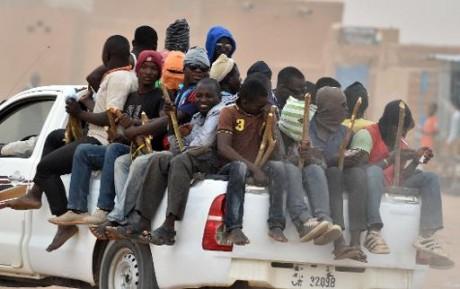 Un pick-up portant des migrants, le 1er juin 2015 partent d'Agadez, au nord du Niger. Photo AFP/Sanogo