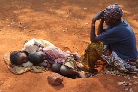Une Burundaise et ses deux enfants attendent d'être enregistrés au camp de Nyarugusu, en Tanzanie, le 11 juin 2015. Photo AFP