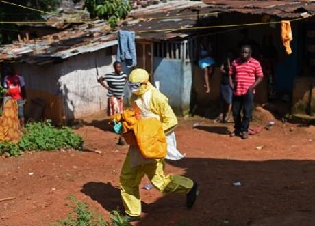 Un membre de la croix rouge en Sierra Léone, pays touché par le virus Ebola, le 12 novembre 2014 à Freetown AFP/Archives FRANCI