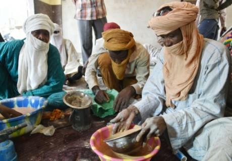 Des orpailleurs sont à la recherche de l'or dans la ville d'Agadez, au nord du Niger, le 31 mai 2015  AFP ISSOUF SANOGO